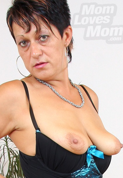 watch amateur mom Stazina masturbation and pussy spreading